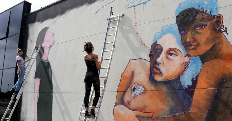 reg. 075-17  Jü Violeta e MAG finalizam pintura, a convite da O